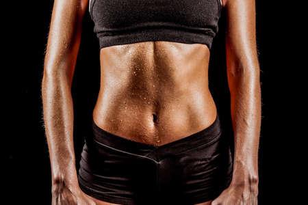 黒いスポーツウェアを着てスポーツ女性体