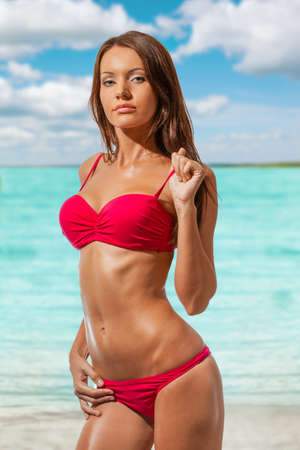 niñas en bikini: mujer hermosa que lleva bikini en la playa