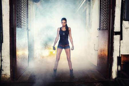 soldaat sexy vrouw op de fabriek ruïnes, actiefilm thema