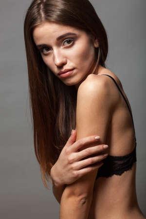 poses de modelos: Retrato del primer del modelo de moda posa ella lleva sujetador y pantalones vaqueros Foto de archivo