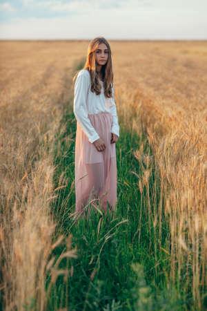 girls naked: счастливый красивая брюнетка улыбается девушка ставит в поле пшеницы на закате Фото со стока