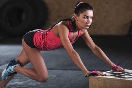 mujer haciendo ejercicio en el gimnasio, el ejercicio escalador de cerca Foto de archivo