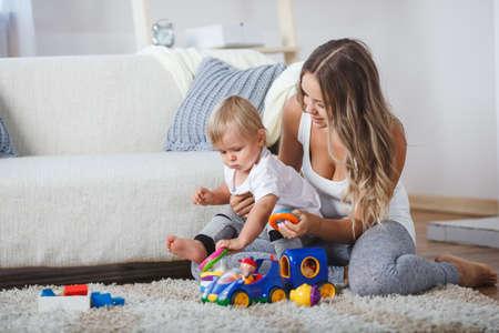 Linda madre y niño niño jugar juntos en casa en casa