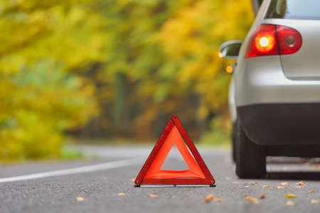 Conceito de carro quebrado, triângulo de avaria na estrada Foto de archivo