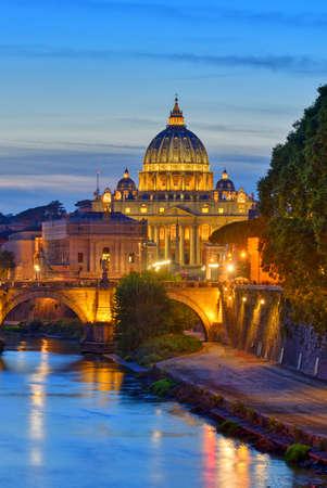 Maravillosa vista de la Catedral de San Pedro, Roma, Italia. Luz del atardecer.