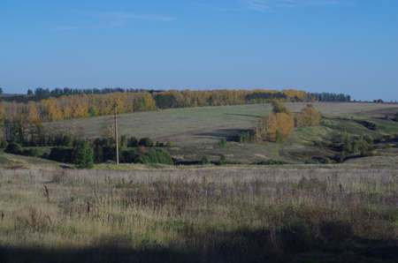 lejos: Campo paisaje rural del otoño, horizonte lejano