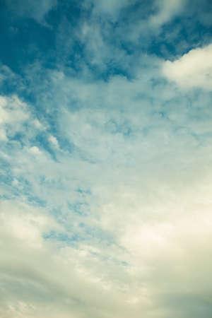 cielo de nubes: espectaculares nubes en un cielo azul imagen de maquillaje retro Foto de archivo
