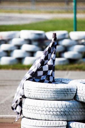 bandera carreras: leane carrera de bandera en neumáticos de carretera al aire libre