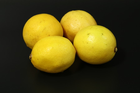 lemons on black background Imagens - 85183769