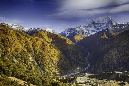 autumn landscape of a mountainous region Imagens - 85417623
