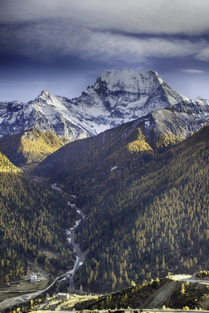 autumn landscape of a mountainous region Imagens - 85417624