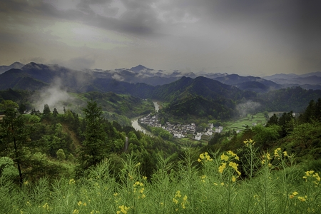 ancient village by a winding river in a mountainous region Imagens