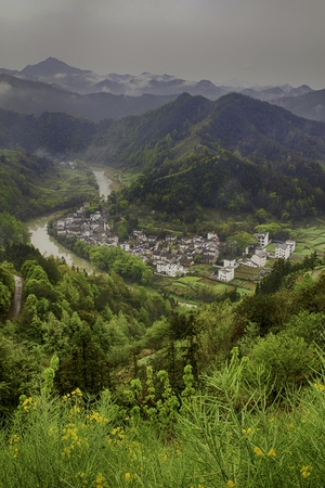 ancient village by a winding river in a mountainous region Imagens - 85561169