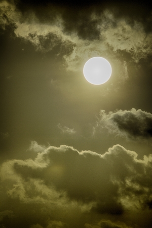 clear sun on a cloudy day Imagens