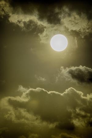 clear sun on a cloudy day 版權商用圖片