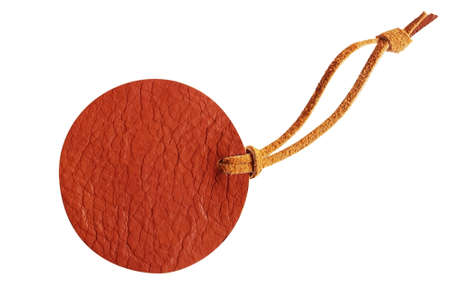 흰 배경에 고립 된 가죽 코드와 갈색 원의 가죽 가격표