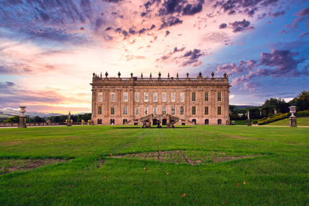 Chatsworth House - And english mansion. Chatsworth is home to the Duke and Duchess of Devonshire, and has been passed down through 16 generations of the Cavendish family. Redakční