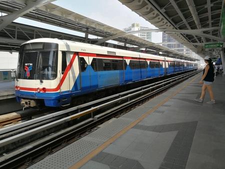 Bangkok, Tailandia - 24 de marzo de 2018: ferrocarril tailandés de la estación BTS en la estación de Eakamai. Editorial