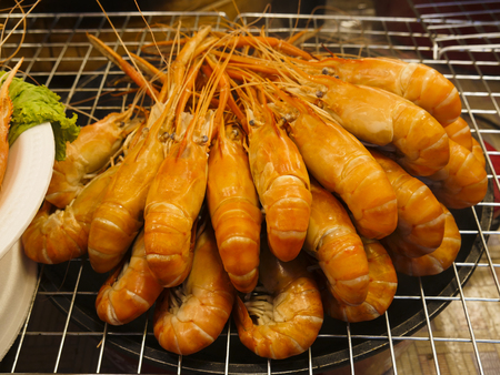 Steamed shrimp on the grill that sells street food. Stockfoto