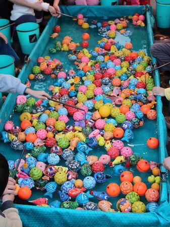 dep�sito agua: El entretenimiento que de pl�stico Pesca Modelado juguete juego en el tanque de agua