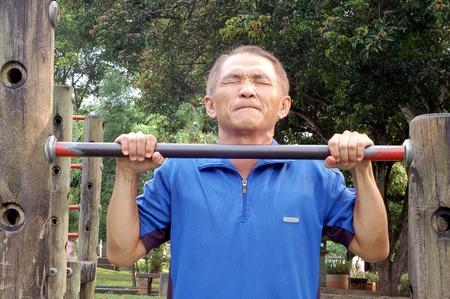 rekstok: Een man die naar boven worstelen door horizontale balk