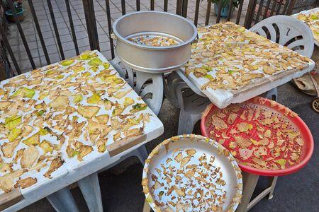 dried vegetables: Producci�n de Hortalizas secas saladas en utensilio Foto de archivo