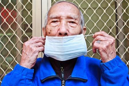 disease prevention: Las personas mayores a llevar una m�scara para la prevenci�n de la enfermedad