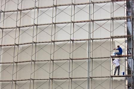 발판과 벽에 페인팅 노동자