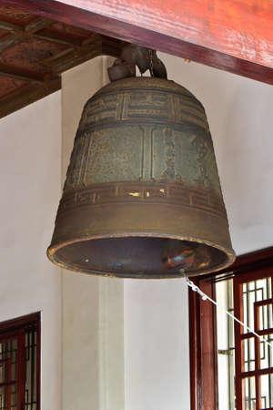 bell bronze bell: Una campana de bronce grande suspendida en el templo chino