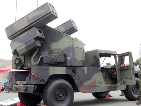 vengador: M998 Avenger de defensa a�rea de misiles veh�culo 2.014 ej�rcito nacional Taiwan Muestra una variedad de armas en actividades de reclutamiento