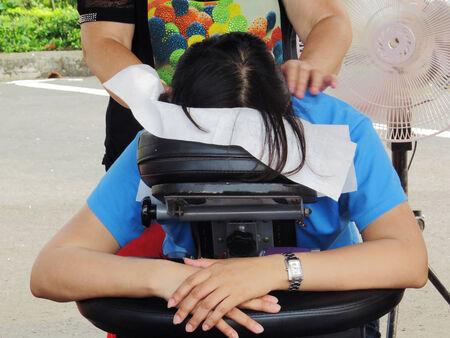 sich b�cken: Eine Frau b�cken Massage-Stuhl f�r Massieren
