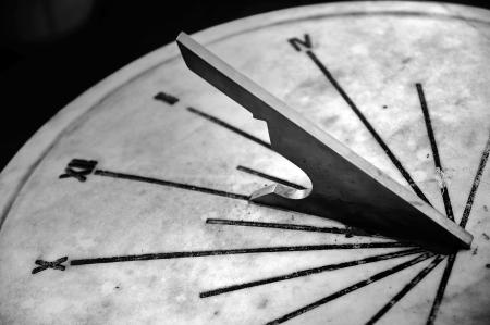 RELOJ DE SOL: parte o Reloj de sol en blanco y negro