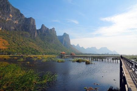 relent: Ponte di legno laguna montagna con giornata di sole