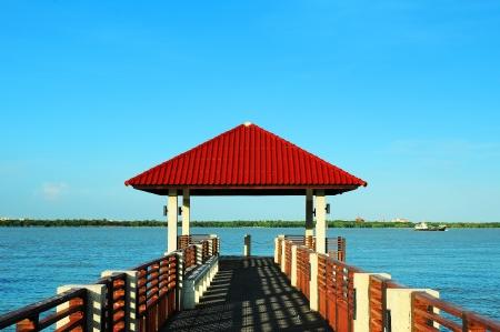 relent: rosso padiglione tetto al porto sulla spiaggia Archivio Fotografico