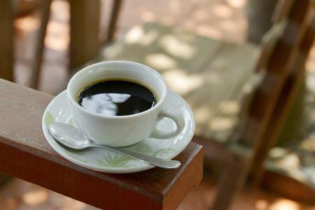 relent: bianco tazza di caff� su legno in giardino sfondo