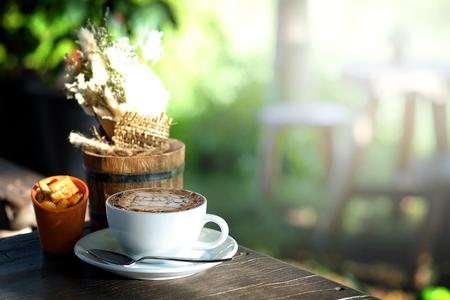 tarde de cafe: caf� moka caliente en el jard�n con relaja el tiempo de la tarde
