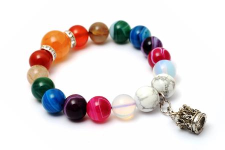 Colorful agate, bracelet jaspe décorer avec pendentif en argent couronne avec fond blanc isolé