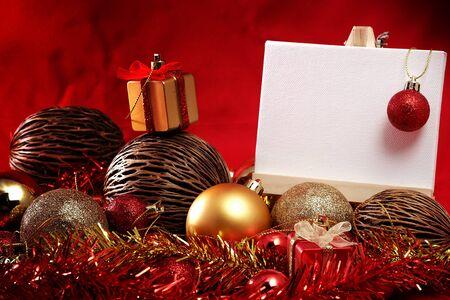 articoli di Natale in rosso e oro tema con la scheda bianca in piedi per parola scrittura a Buon Natale e Felice Anno Nuovo
