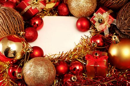 kerstartikelen in rood en goud thema met witte kader voor het schrijven woord Vrolijk Kerstfeest en Gelukkig Nieuwjaar Stockfoto