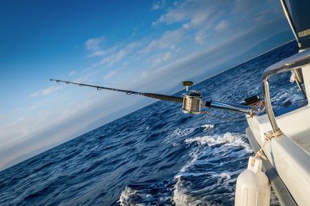 Rod mit der Spule an Bord des Schiffes befestigt Standard-Bild - 64093211