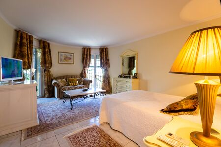 Sala da pranzo in stile classico, mobili chiari, marmo, lusso. Visione d'insieme della camera, dei mobili, degli accessori, dello stile.