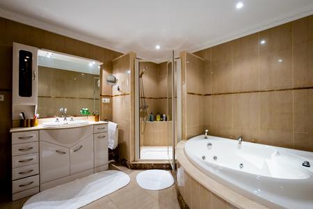 Esszimmer im klassischen Stil, helle Möbel, Marmor, Luxus. Gesamtansicht des Zimmers, Möbel, Accessoires, Stil.