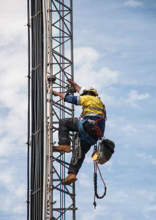 trabajando duro: Torre escalador del sistema celular torre venteada.