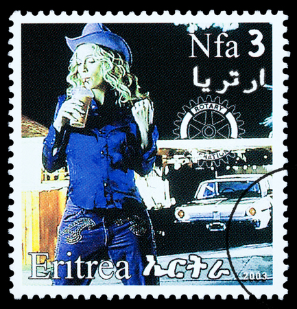 ERITREA - CIRCA 2003: A postage stamp printed in Eritrea showing Madonna Louise Ciccone, circa 2003 新聞圖片