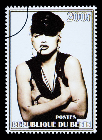 REPUBLIC OF BENIN - CIRCA 2002: A postage stamp printed in the Republic of Benin showing Madonna Louise Ciccone, circa 2002 新聞圖片
