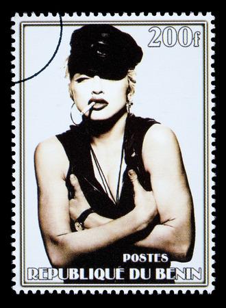 REPUBLIEK BENIN - CIRCA 2002: Een postzegel gedrukt in de Republiek Benin tonen van Madonna Louise Ciccone, circa 2002