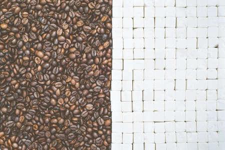 azucar: Granos de caf� y cubos de az�car fondo, vista desde arriba