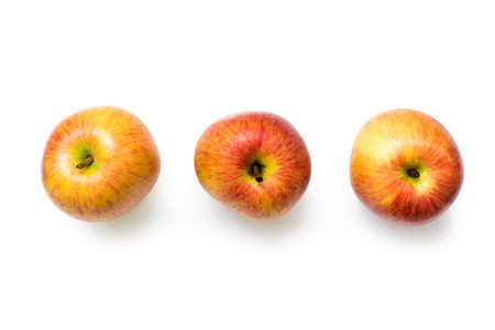 manzana: Tres manzanas frescas, aislado. Camino de recortes