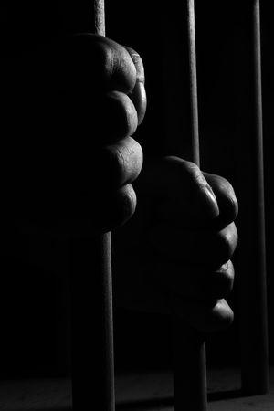 prision: Manos en los bares