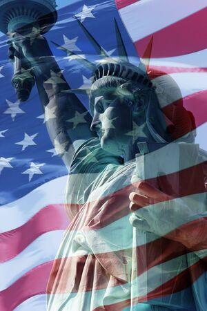 liberty island: Combinazione Statua della libert� e gli Stati Uniti d'America bandiera Archivio Fotografico